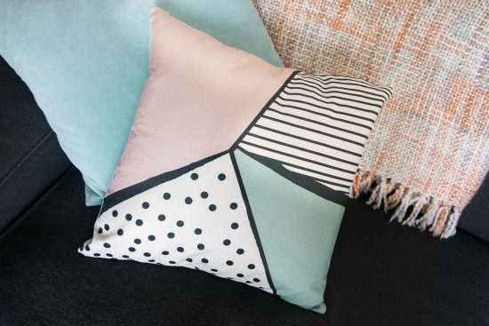 Cojín geométrico estilo nórdico en colores pastel